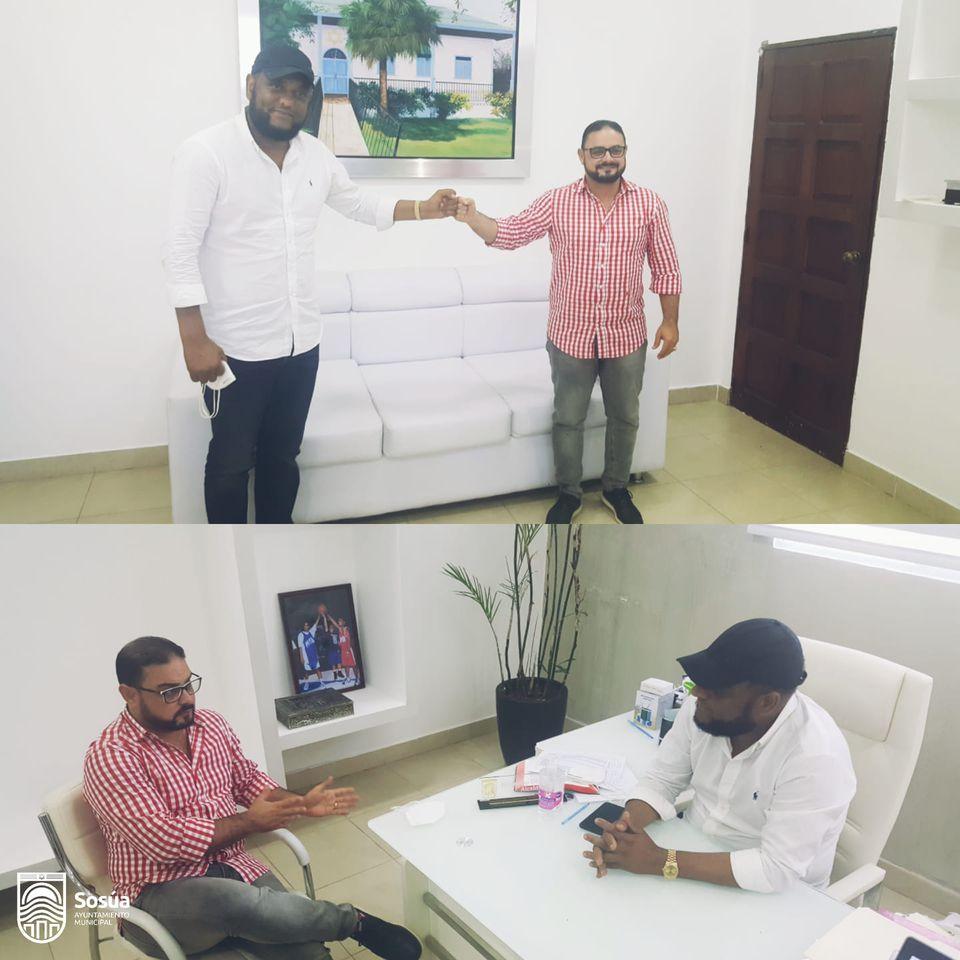 Wilfredo Olivences alcalde recibe visita de cortesía del director de CORAAPPLATA, en su despacho.