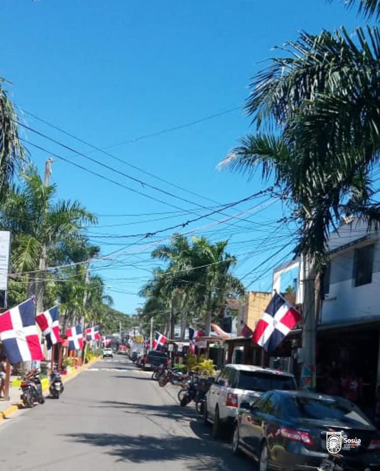 La bandera nacional adorna nuestras calles.