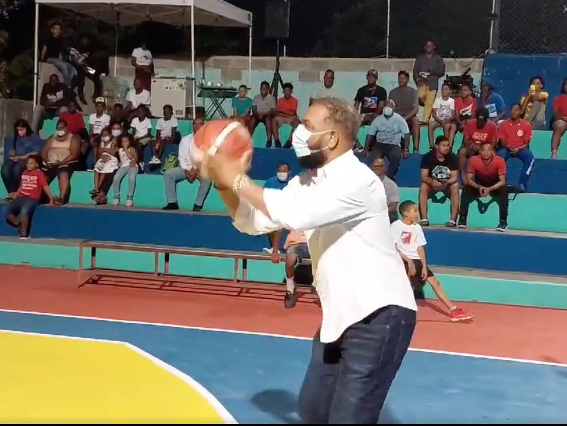 El alcalde Wilfredo Olivences demuestra su afición por el baloncesto en cancha Maranatha Sosúa.
