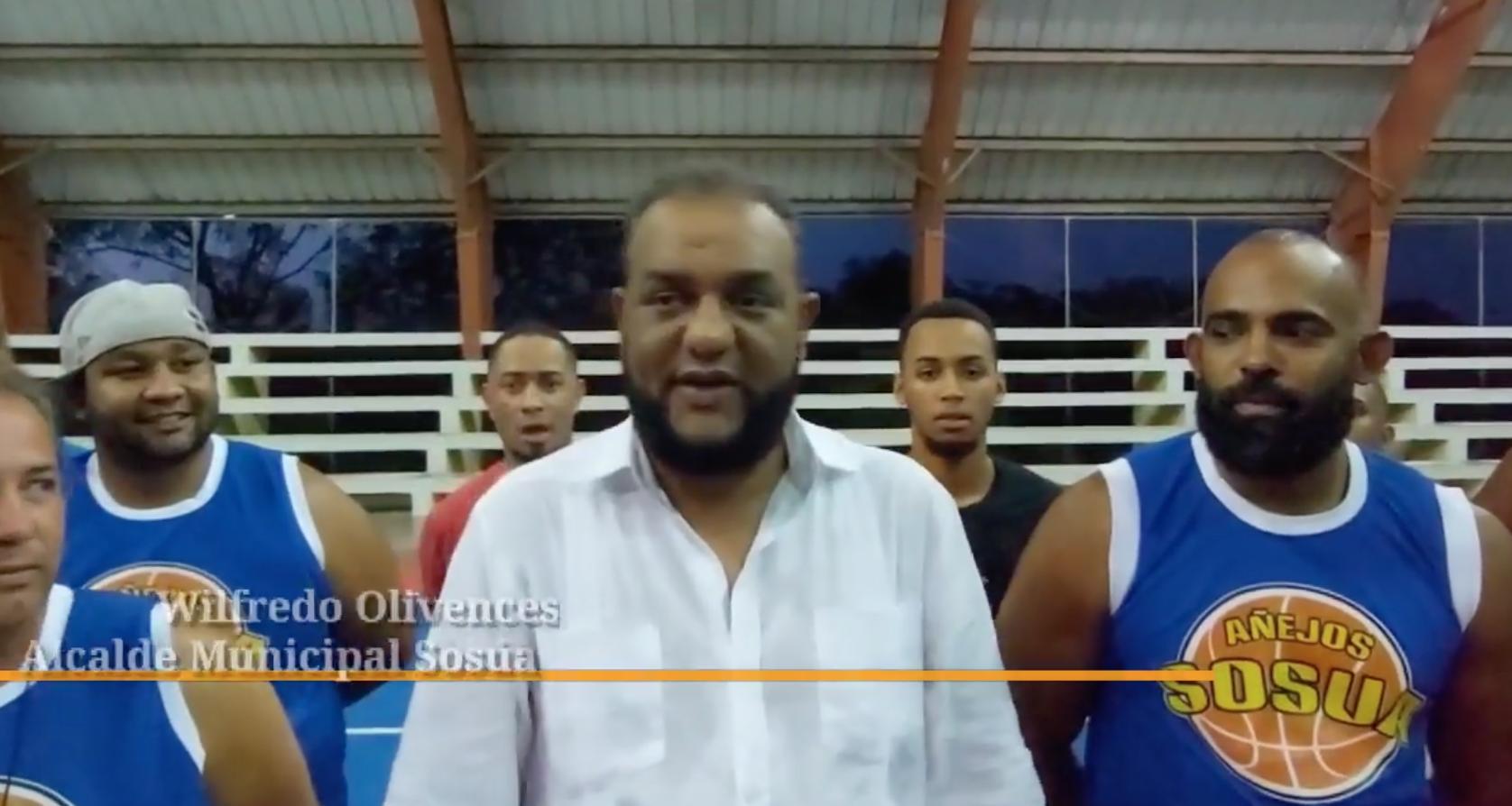 Alcalde Wilfredo Olivences entrega aros y mallas a jugadores del Multiuso de Sosúa